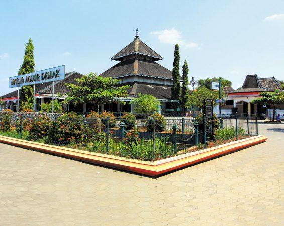 Pesona Keindahan Wisata Religi Masjid Agung Demak Wisata Masjid Agung Demak di Bintoro Demak adalah salah satu tempat wisata yang berada di desa kauman, Pesona Keindahan Wisata Religi Masjid agung demak